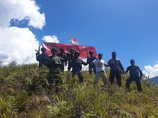 Peringati HUT RI ke-76, TNI Bersinergi Dengan Polri dan Tokoh Masyarakat Napak Tilas di Puncak Tertinggi Distrik Kanggime