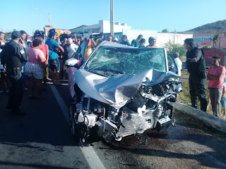 Assalto a veículo em Santa Cruz termina com troca de tiros com a PM, colisão entre carros, um morto e três gravemente feridos