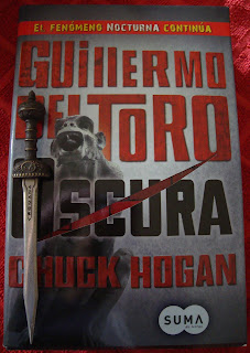 Portada del libro Oscura, de Guillermo del Toro y Chuck Hogan