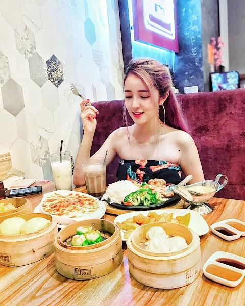 Food&Babe: Pretty Asian girl eating at Hong Kong eatery [3pics. 1vid]