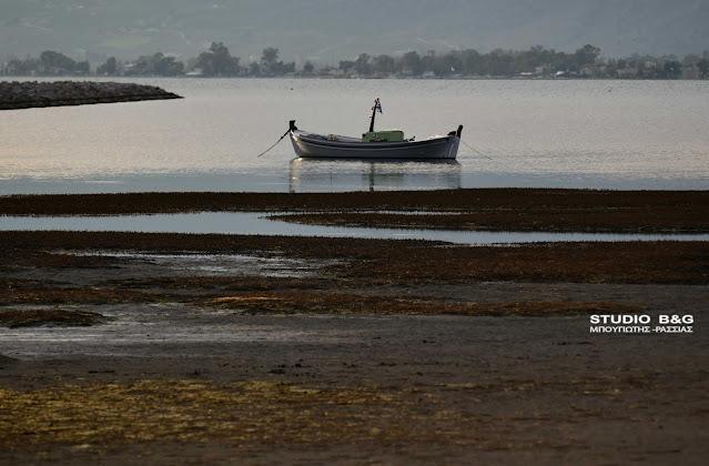 """Μετεωρολογικό φαινόμενο """"έβγαλε"""" τις βάρκες στη στεριά στο Ναύπλιο"""