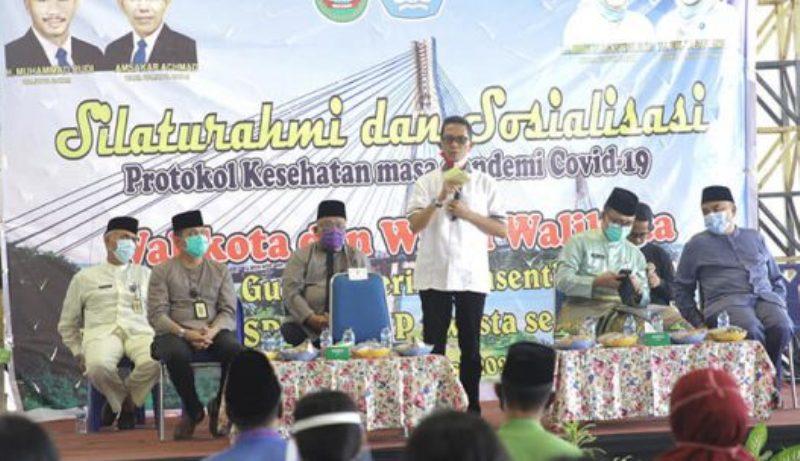 Wakili Wali Kota Batam, Amsakar Serahkan Insentif  untuk Guru Swasta di Lima Kecamatan