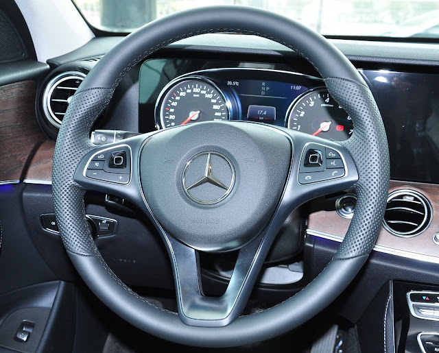 Vô lăng Mercedes E200  2017 thiết kế 3 chấu, bọc Da Nappa mềm mại
