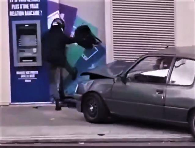 Ladrones intentan robar cajero fallan y destruyen su auto