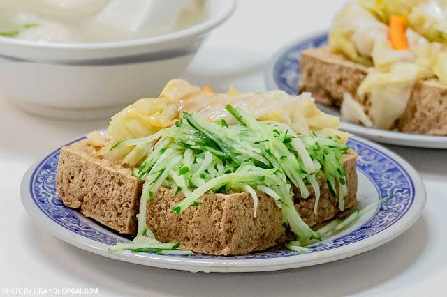 MG 2573 - 老吳臭豆腐,小黃瓜與泡菜多到直接滿出來!隱身巷內超過40年的老店好味道