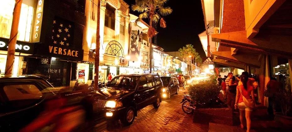 Jalan-jalan di Kuta Square dan Jalan Legian adalah kegiata yang sangat seru untuk dilakukan di Kuta Bali