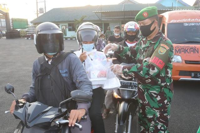 Jelang Buka Puasa Kodim 0410/KBL Bagikan Takjil dan Masker