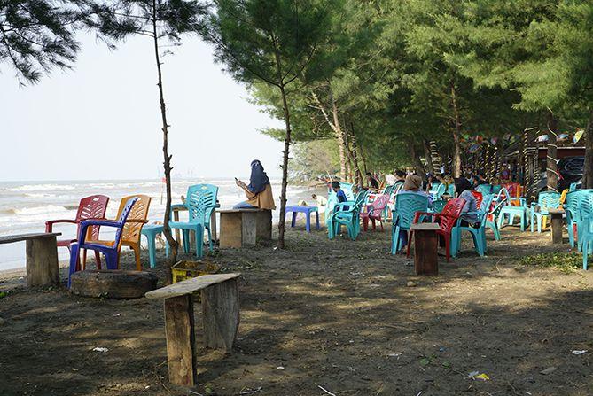 Kursi plastik menjadi tempat duduk di pantai
