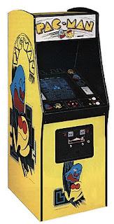 Arcade con el videojuego de Pac-Man. Mueble de color amarillo con dibujos del protagonista y un fantasma azul
