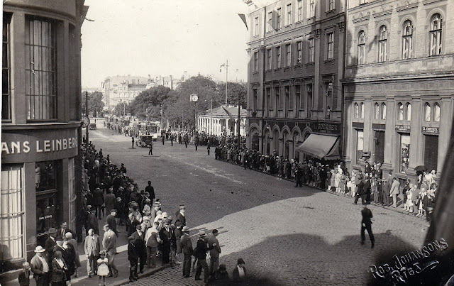 """Конец июня 1929 года. Рига. Улица Калькю. На углу с двумя бульварами видны часы - предшественники нынешней """"Лаймы"""". Снимок был сделан во время визита в Ригу шведского короля Густава V"""