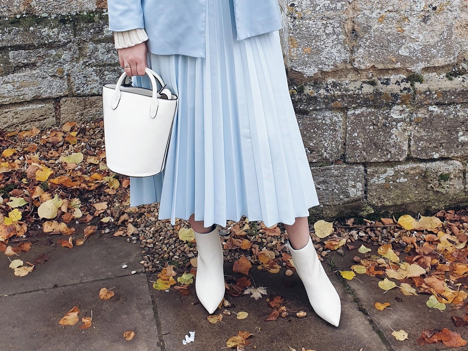 Autumn blue(s) czyli plisy, białe botki i błekit