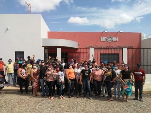 CARNAUBAIS RN-OPOSIÇÃO BRINCA COM A CARA DOS TRABALHADORES DA ASSOCIAÇÃO QUE A JUSTIÇA BANIU DA PREFEITURA DE CARNAUBAIS