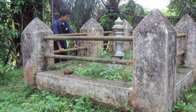 Salah seorang warga memperhatikan makam  Sultan Abdul Jalil Rahmatsyah yang berada di Kecamatan Bandar Pulau.
