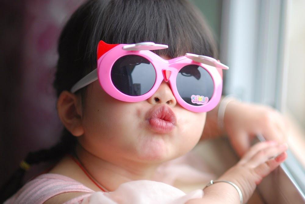 Gambar foto ekspresi keren anak kecil memakai kacamata