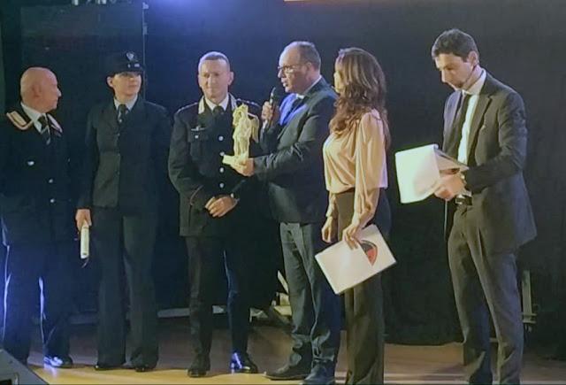 """Il premio """"Virgo Fidelis"""" al Comandante Nicola Lorenzon consegnato dal maestro panificatore Donato Taronna"""