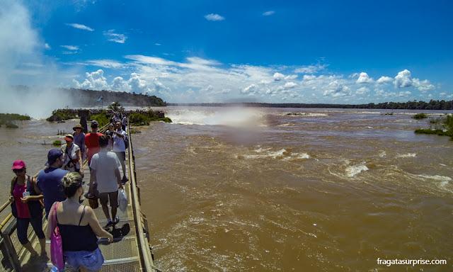 Passarela que leva à Garganta do Diabo no lado argentino das Cataratas do Iguaçu