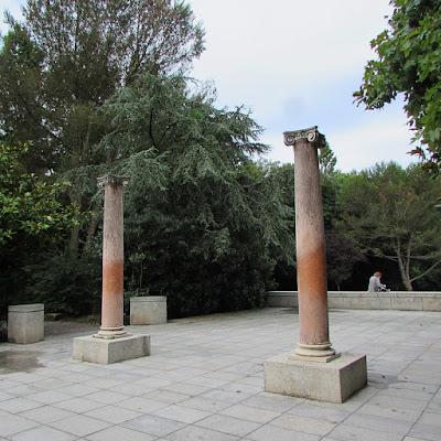 Duas colunas estilo romanas