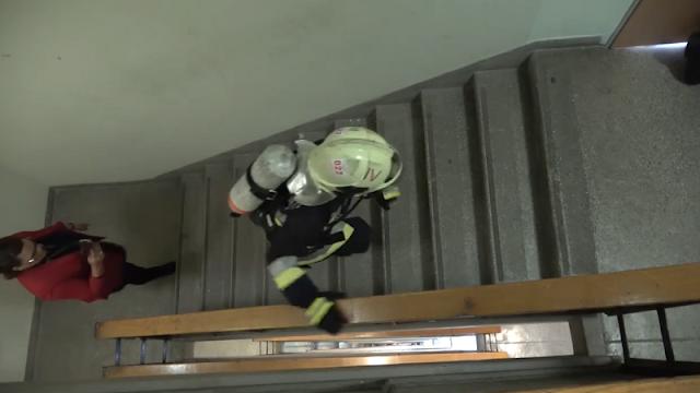Kiégett egy gumiraktár Dunaújvárosban