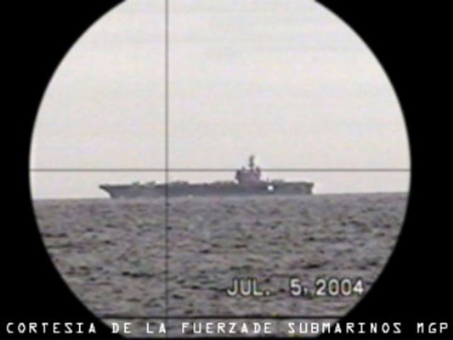 El portaaviones USS Ronald Reagan visto a través del periscopio de un submarino Tipo 209 de la Armada peruana.