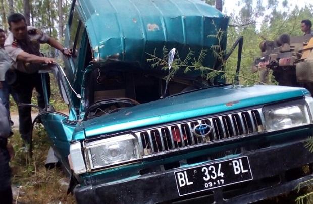 Mobil Kijang Tersangkut Di Pohon Pinus Kampung Akul Kecamatan Blangjerango