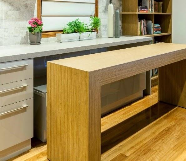 Una mesa auxiliar que protagoniza la cocina cocinas con for Muebles imitacion