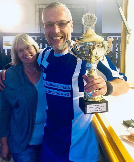 Ich mit dem Pokal und meiner Hübschen, Linda!