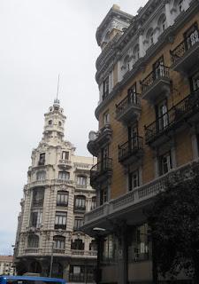 Históricos edificios de cinco plantas, más adornados en las plantas superiores.