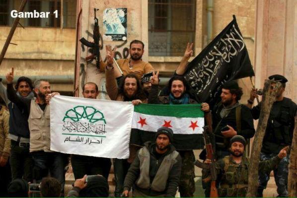 Para Pemberontak Suriah Membawa Bendera Free Syrian Army (FSA)
