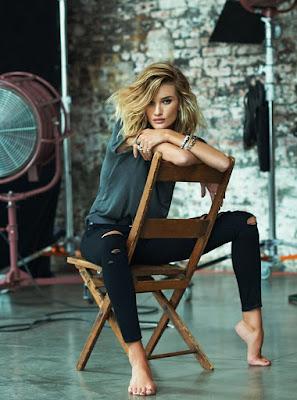 Sit Pose seksi model seksi rambut pirang ngangkang pakai Ripped JEans