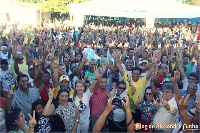 """""""Unidos pela mudança"""" Multidão participa da mega convenção de Araújo Diniz e Besaliel em Mata Roma."""