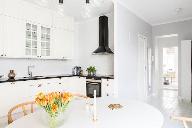 biała kuchnia i czarny blat