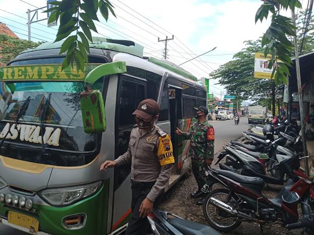 Personel Polsek Limpung bersama Koramil 02 Limpung Melaksanakan Patroli Prokes