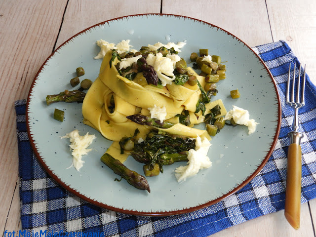 Pappardelle z fioletowymi szparagami, szpinakiem i mozzarellą - CZYTAJ DALEJ