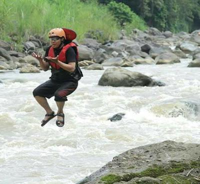 sungai progo,progo rafting, arung jeram, rafting, puri asri,magelang,progo river, pose doa,berdoa,levitasi