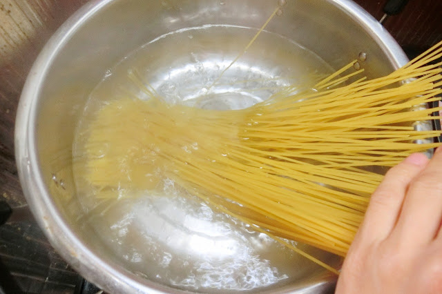深さのある大きめの鍋に湯を沸騰させ、塩(大さじ1/2・分量外)を入れてからスパゲティをゆではじめます。 表示時間通りゆでます。