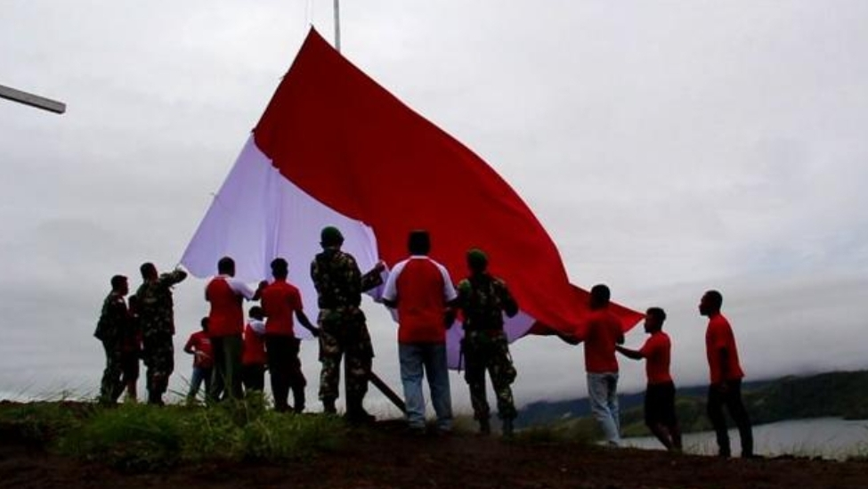 Residents Raise the Giant Flag on the Top of Tungkuwiri Hill