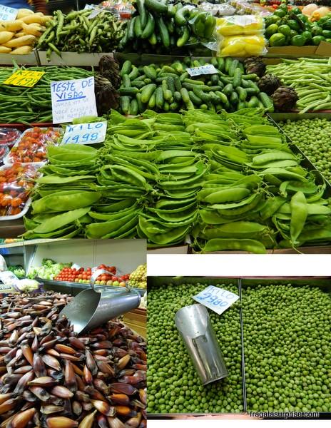 Bancas de hortifruti no Mercado Público de Porto Alegre