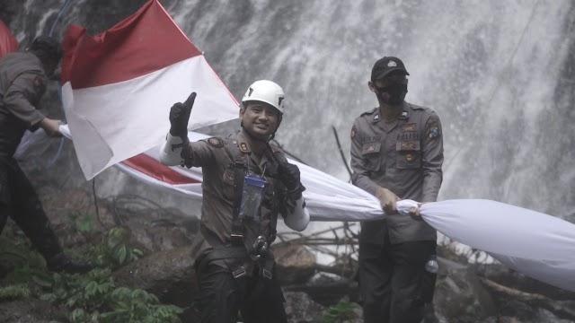 Hari Bhayangkara ke 75, Polres Lumajang Kibarkan Bendera Merah Putih Raksasa