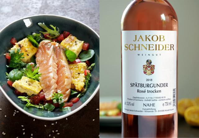 Marinierter Lachs mit kross angebratener Sesam-Polenta auf Blattsalat vom Indischen Senf und Brunnenkresse mit Leindotteröl-Vinaigrette und Rosé Wein von der Nahe.