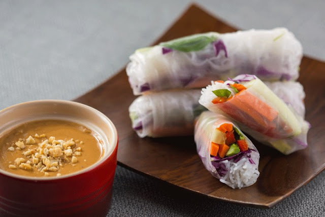 Veggie Spring Rolls with Spicy Peanut Dipping Sauce #vegetarian #lunch