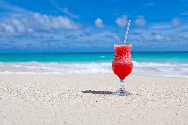 segelas jus merah ditepi pantai