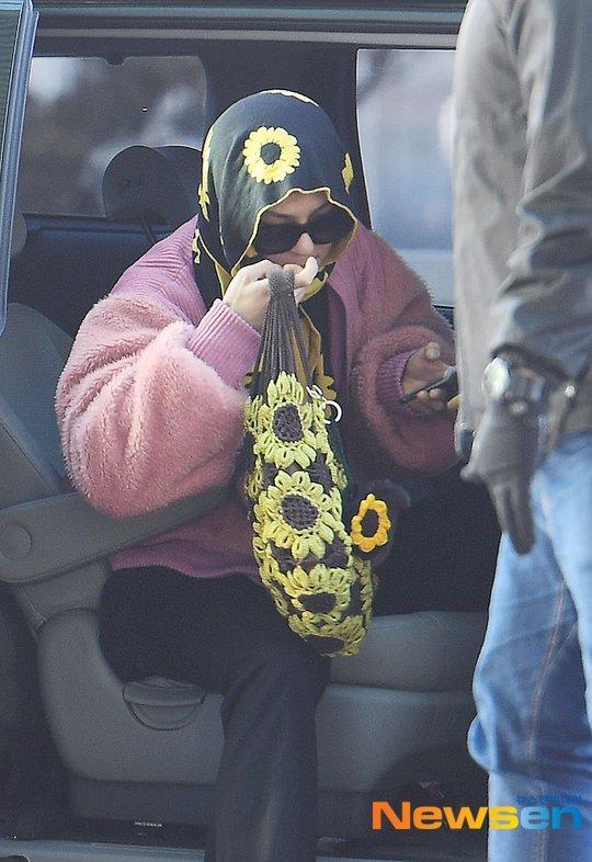 Song Minho havaalanında ayçiçeği deseni giydi