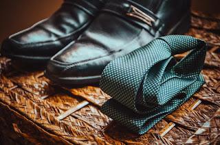 Chaussures bien propres et cravatte nouée