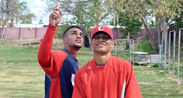 Víctor Víctor (a la izquierda en la foto), quien decidió intentar el camino hacia las Grandes Ligas junto a su hermano menor Víctor Mesa Jr., es uno de los talentos de primera línea en su generación