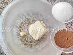 preparare reteta fursecuri - cafeaua solubila si zaharul puse in vasul cu untul pentru a fi frecate