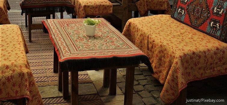 Kissen und Tischdecke aus orientalischen Stoffen