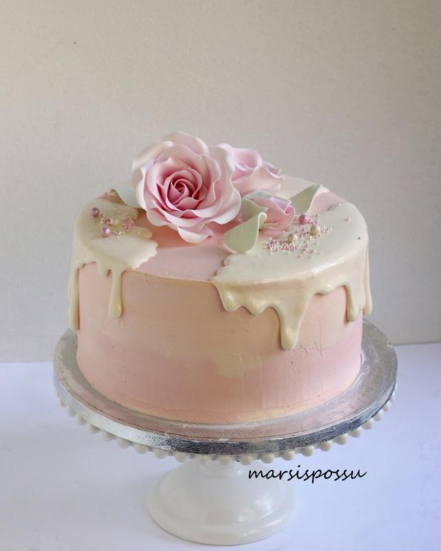 Ruusuin ja helmin koristeltu synttärikakku