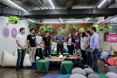 Fernando Seabra conversa com os membros das startups Ufrilla, Oiah Meu Apê e B3Z - Crédito: Kelly Fuzaro/Band