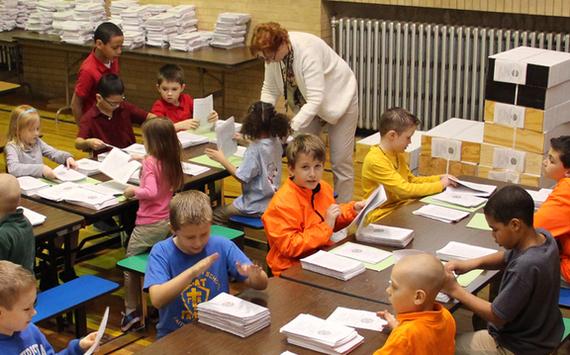 Niños ayudan a producir Biblias