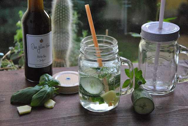 Gurken, Basilikum, Minze und Ingwer kleinschneiden und mit Mineralwasser auffüllen.
